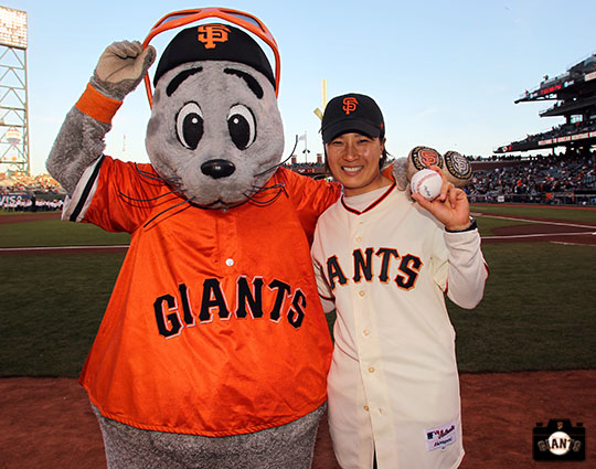 San Francisco Giants, S.F. Giants, photo, 2014, Korean Heritage Night, Lou Seal, Se-Ri Pak