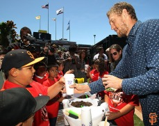 Hunter Pence plants basil with Junior Giants
