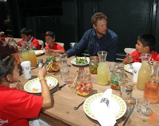 Hunter Pence has lunch with Junior Giants