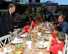 Larry Baer and Hunter Pence have lunch with Junior Giants