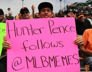 San Francisco Giants, S.F. Giants, photo, 2014, Hunter Pence signs, Fans