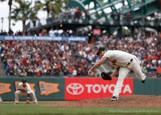 San Francisco Giants pitcher Josh Osich pitches during the 8th inning of the Giants' 9-6 win over the Dodgers.