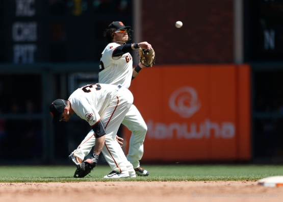 San Francisco Giants shortstop Brandon Crawford throws a runner out during the 5th inning.